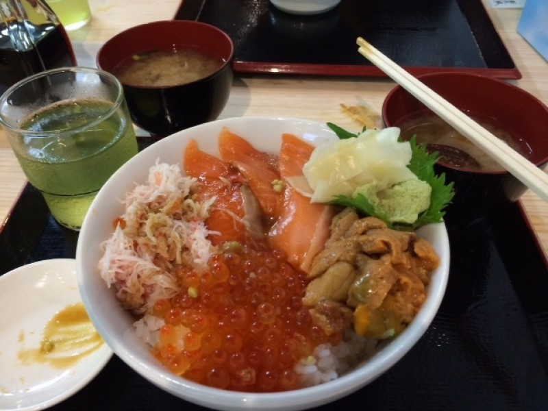 Tsukiji with Kids! A Lunch Course Involving Sashimi Rice Bowl and Food Tasting Surely Fills You Up.